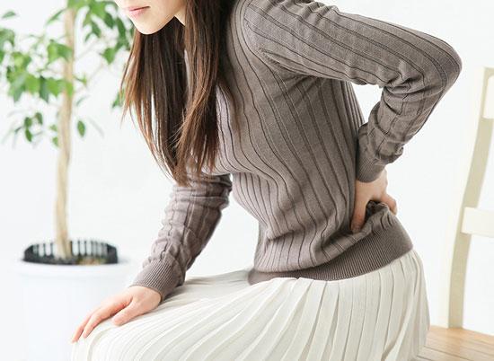 交通事故後、腰が痛い女性